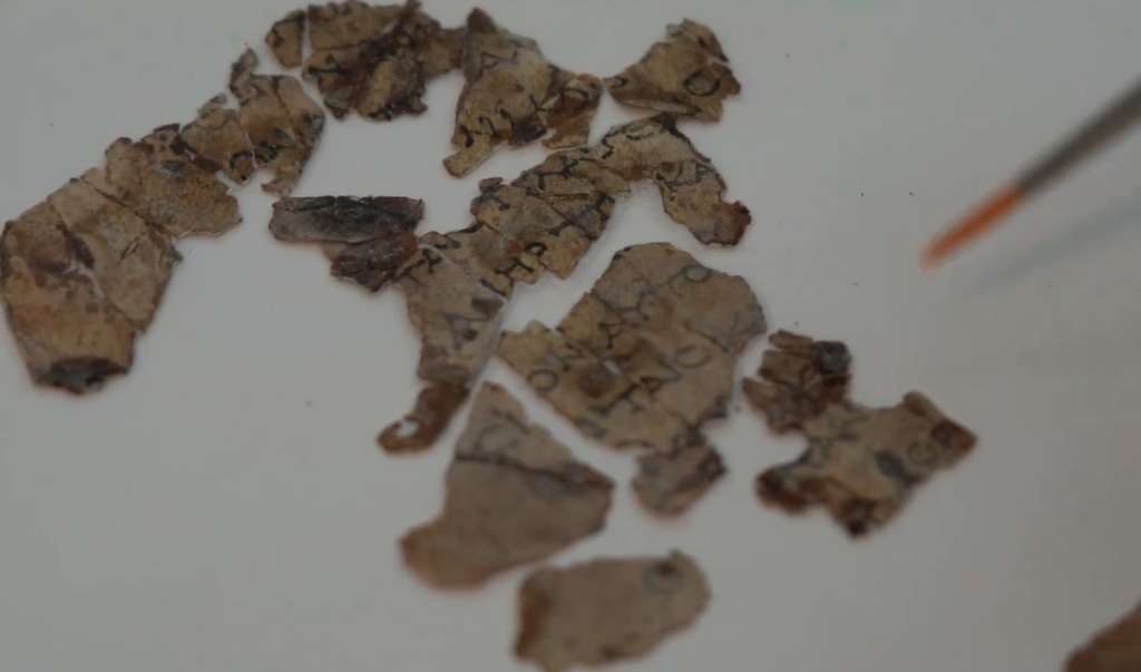 Israël trouve un fragment de parchemin biblique vieux de 2 000 ans, et un panier vieux de 10 500 ans (vidéo) By Jack35 1-42