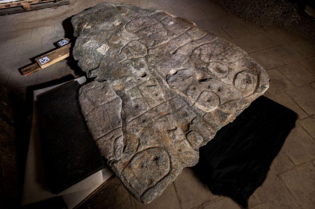 Une dalle de pierre oubliée est peut-être la plus ancienne carte connue d'Europe (diaporama +vidéo sur Bidfoly.com) By Jack35 1-16