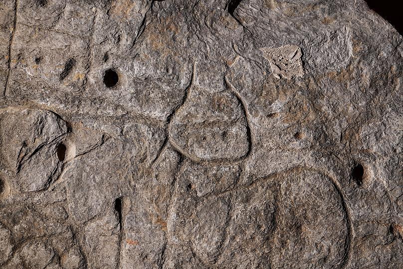 Une dalle de pierre oubliée est peut-être la plus ancienne carte connue d'Europe (diaporama +vidéo sur Bidfoly.com) By Jack35 3-3