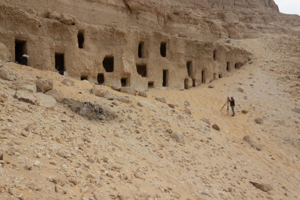 Égypte : un immense cimetière avec au moins 250 tombes taillées dans la roche (diaporama & vidéo sur Bidfoly.com) By Jack35 1-79