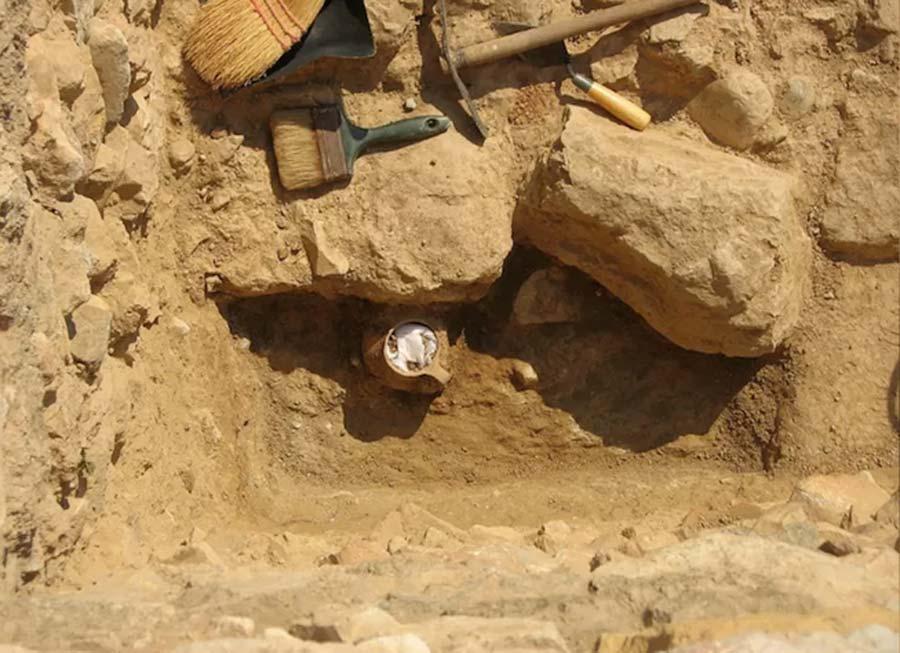 Pot «  magique  » contenant du poulet démembré utilisé comme malédiction dans l'Athènes antique (diaporama et vidéo) By Jack35 1-2