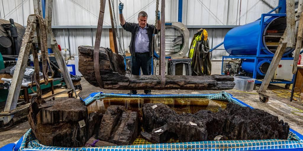 Un cercueil dans un tronc d'arbre et une hache de 4 000 ans découverts… sous un golf (vidéo) By Jack35 1-43
